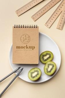 Vista superior de papel de carta no prato com kiwi e lápis