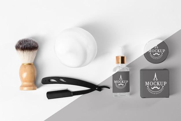Vista superior de produtos de barbearia com escova, espuma e lâmina de barbear