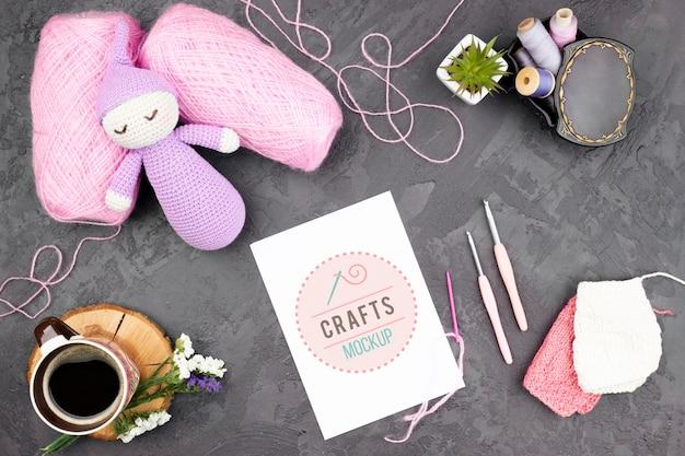 Vista superior de produtos de tricô e boneca