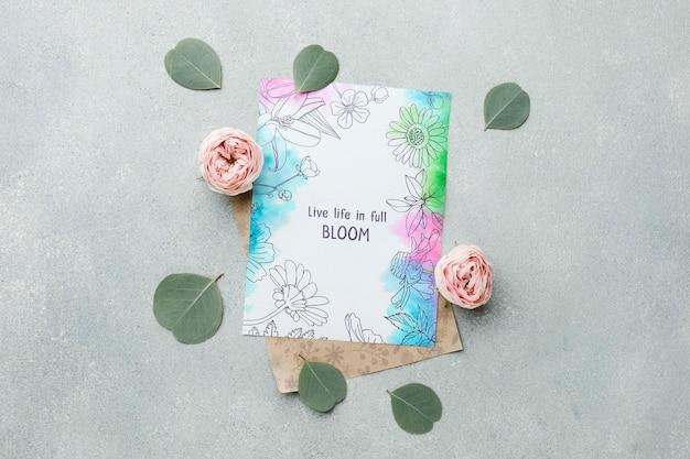 Vista superior de rosas da primavera com cartão e folhas