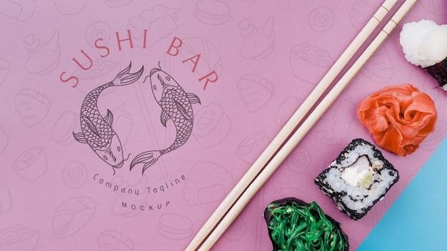 Vista superior de sushi com pauzinhos