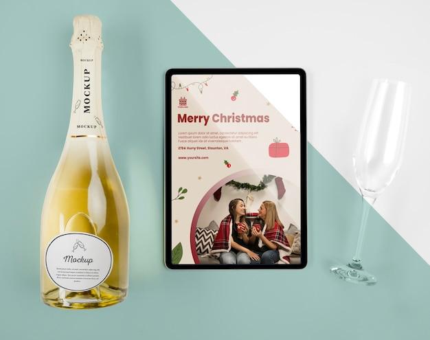 Vista superior de uma garrafa de champanhe com maquete de natal