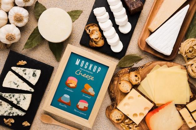 Vista superior de uma variedade de queijo com moldura