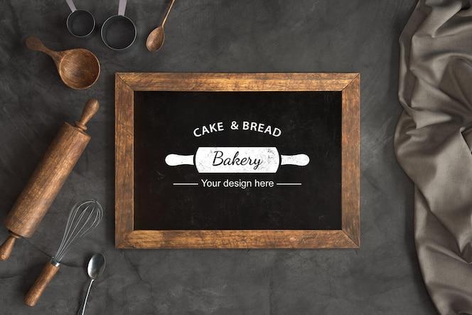 Vista superior de utensílios de padaria com modelo de quadro-negro