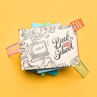Vista superior de volta para a escola com o notebook aberto