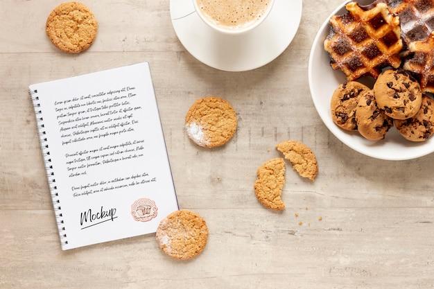 Vista superior de waffles com biscoitos e caderno