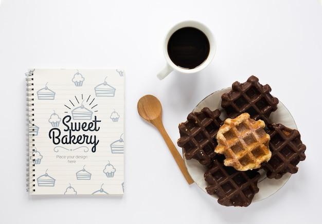 Vista superior de waffles com café e notebook