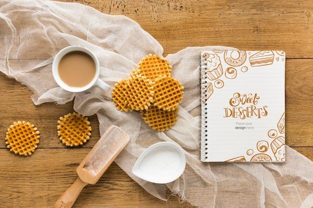 Vista superior de waffles com colher e café