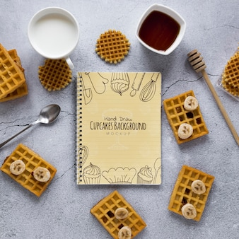 Vista superior de waffles com fatias de banana e mel