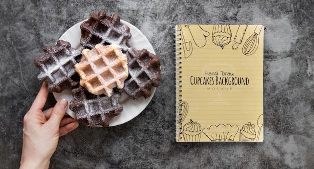 Vista superior de waffles no prato com notebook