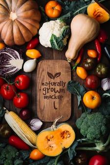 Vista superior deliciosa maquete de frutas e vegetais de outono