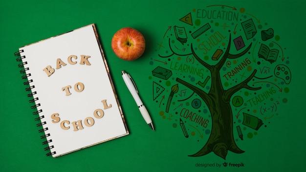 Vista superior, desenho com notebook sobre fundo verde