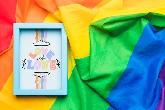 Vista superior do arco-íris colorido têxtil para orgulho e moldura