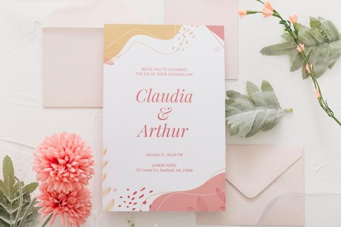 Vista superior do arranjo de convite de casamento