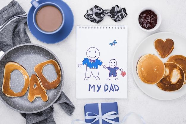 Vista superior do bloco de notas com panquecas e café para o dia dos pais