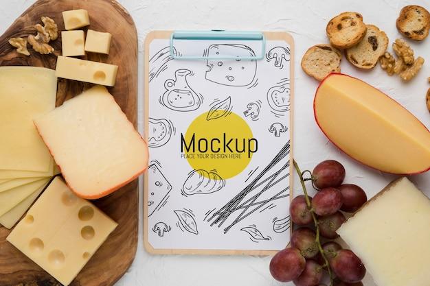 Vista superior do bloco de notas com queijo e uvas