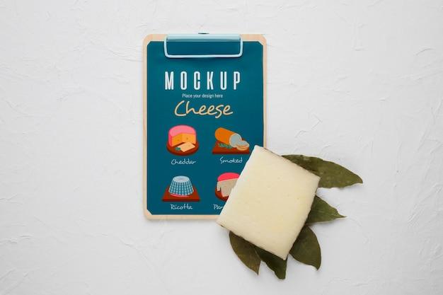 Vista superior do bloco de notas com queijo