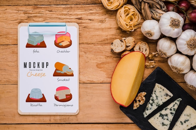 Vista superior do bloco de notas com variedade de queijo e alho