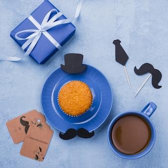 Vista superior do bolinho no prato com café e presente para o dia dos pais