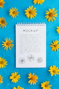 Vista superior do caderno com camomila amarela