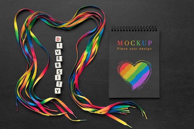 Vista superior do caderno com coração de arco-íris para diversidade
