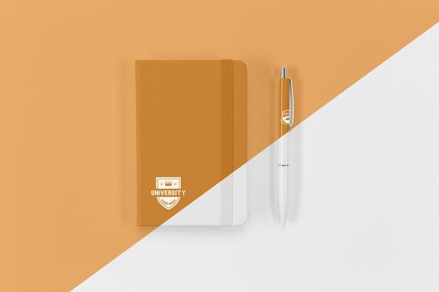 Vista superior do caderno de volta às aulas e caneta