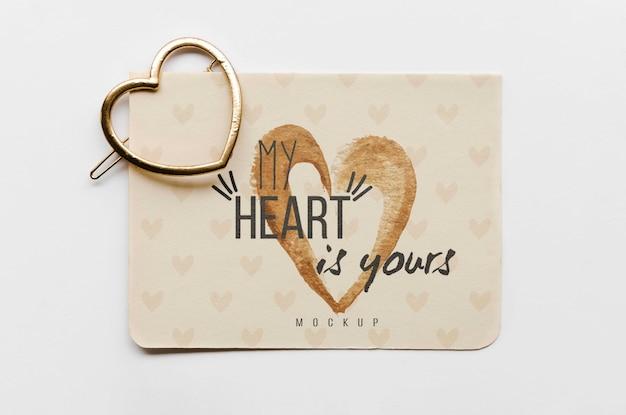 Vista superior do cartão com alfinete de ouro em forma de coração