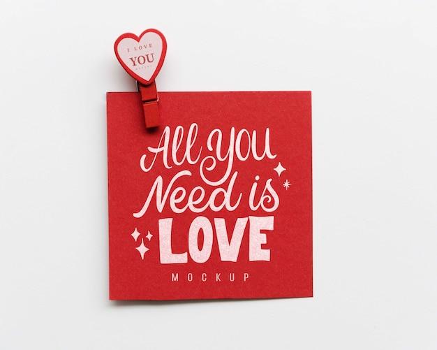 Vista superior do cartão com coração de papel e pin