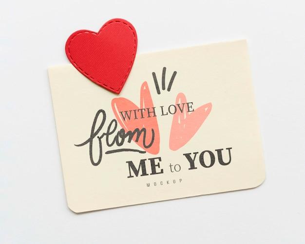 Vista superior do cartão com coração de papel