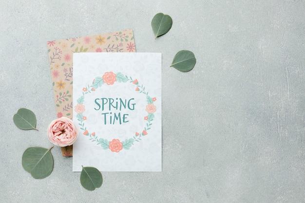 Vista superior do cartão com folhas e primavera rosa