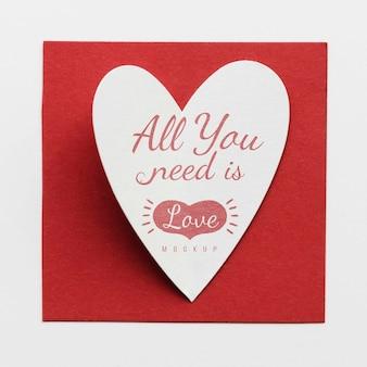 Vista superior do cartão com mensagem e coração