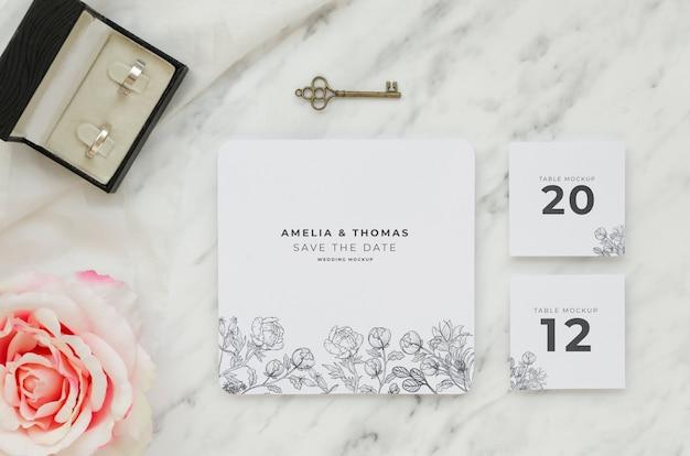 Vista superior do cartão de casamento com anéis e chave