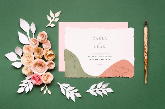 Vista superior do cartão de casamento com caneta e rosas