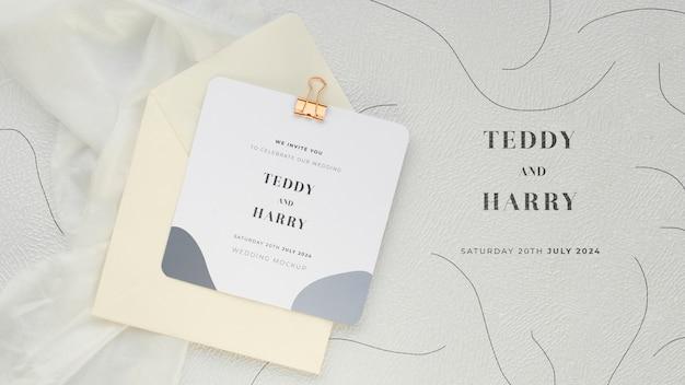 Vista superior do cartão de casamento com clipe de papel e envelope