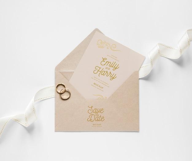 Vista superior do cartão de casamento com envelope e anéis