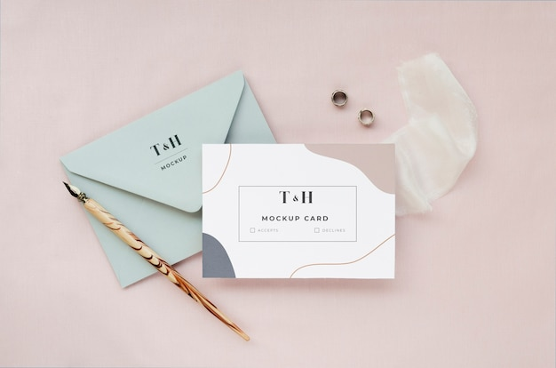 Vista superior do cartão de casamento com envelope e tecido