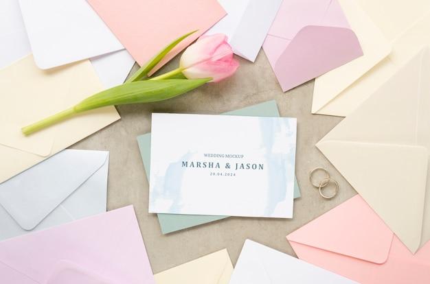 Vista superior do cartão de casamento com envelopes e tulipa
