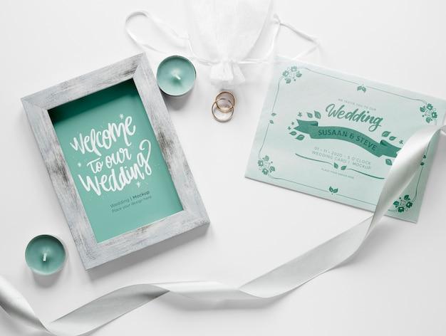 Vista superior do cartão de casamento com moldura e fita
