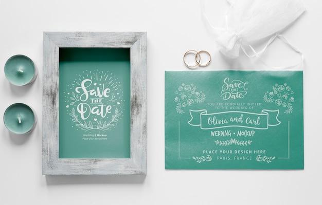 Vista superior do cartão de casamento com moldura e velas