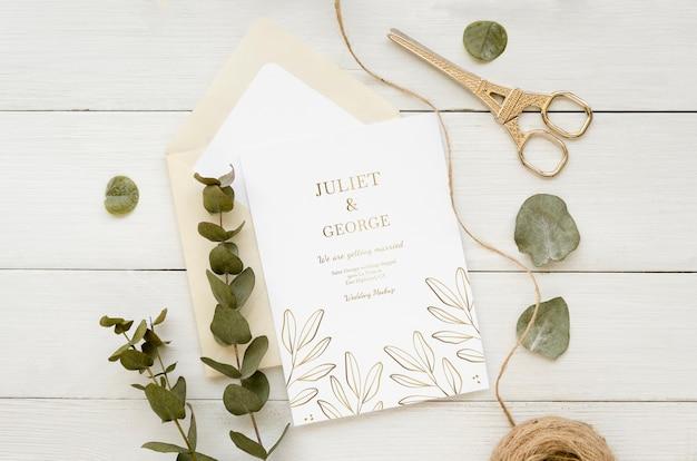 Vista superior do cartão de casamento com planta e barbante