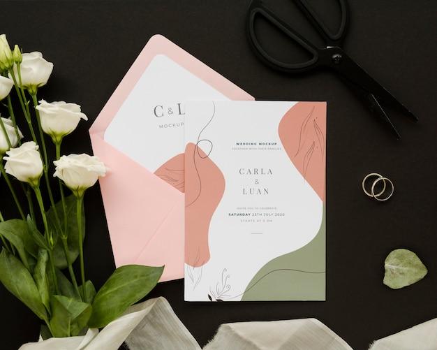 Vista superior do cartão de casamento com rosas e anéis