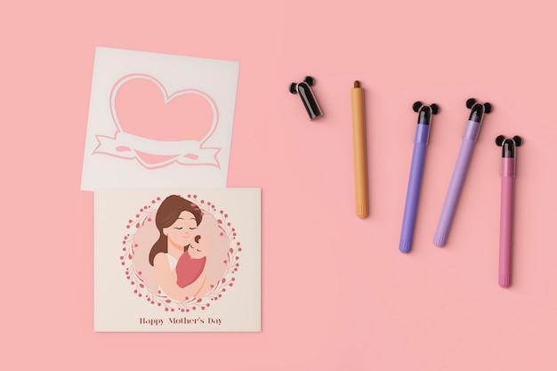 Vista superior do cartão do dia das mães e marcadores com maquete