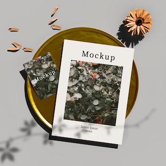 Vista superior do cartão na bandeja dourada com flores e pétalas