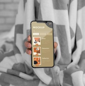 Vista superior do celular na cama