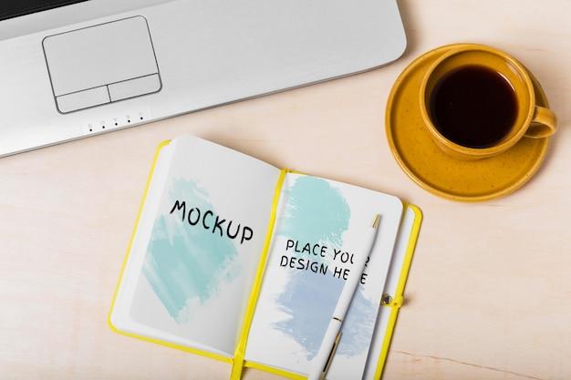 Vista superior do conceito de mesa com modelo de agenda