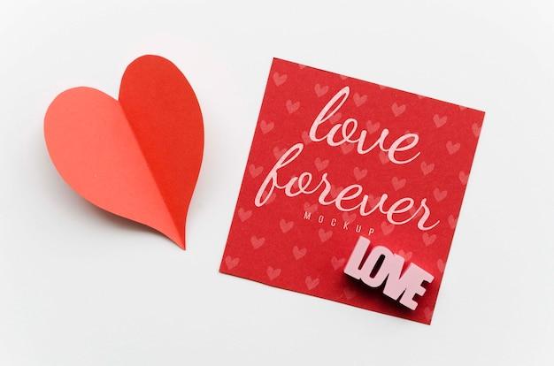 Vista superior do coração de papel com cartão