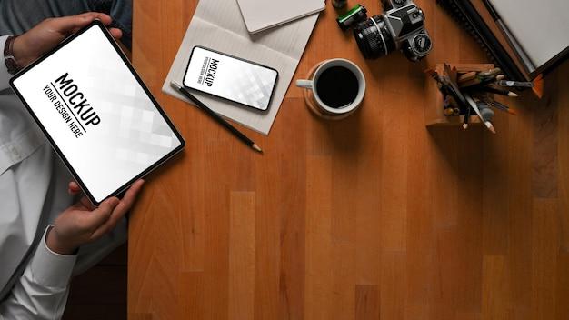 Vista superior do empresário usando maquete de tablet digital