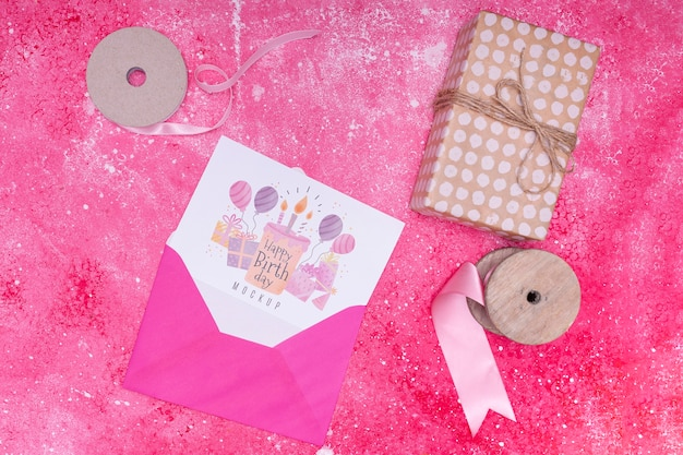 Vista superior do envelope com presente e cartão de aniversário