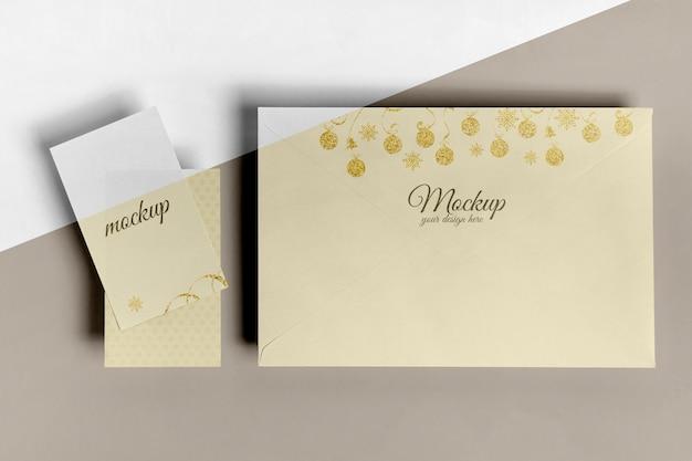 Vista superior do envelope grande e maquete de pequenos cartões de convite
