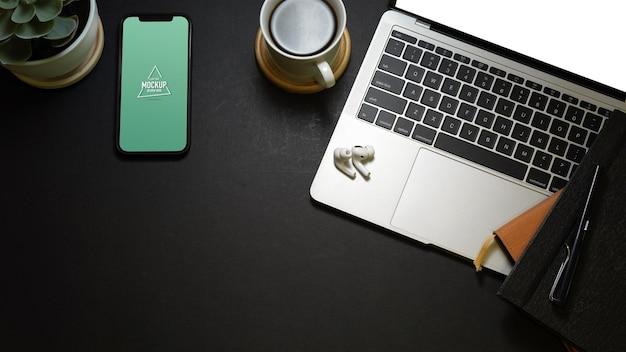 Vista superior do espaço de trabalho criativo e plano com maquete de laptop